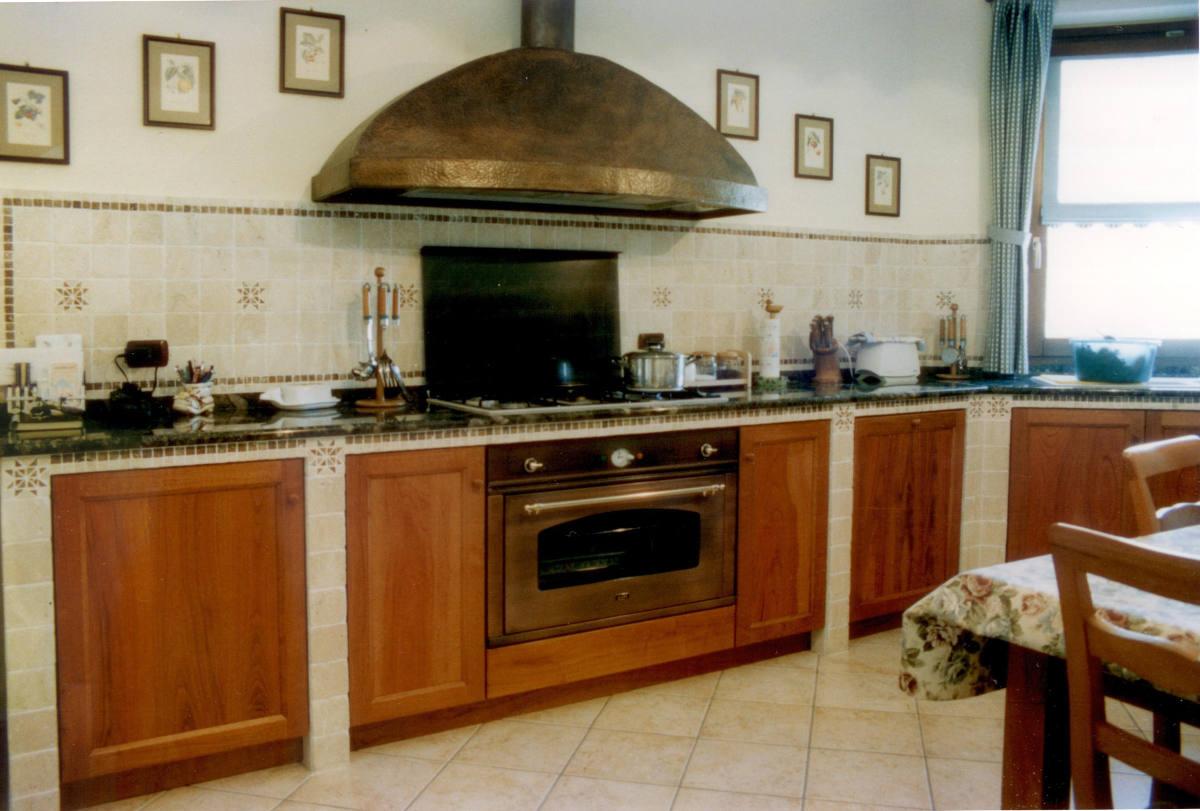 Cucina rustica con ampia cappa mobili artigianali Gamma Arredamenti Snc Macerata