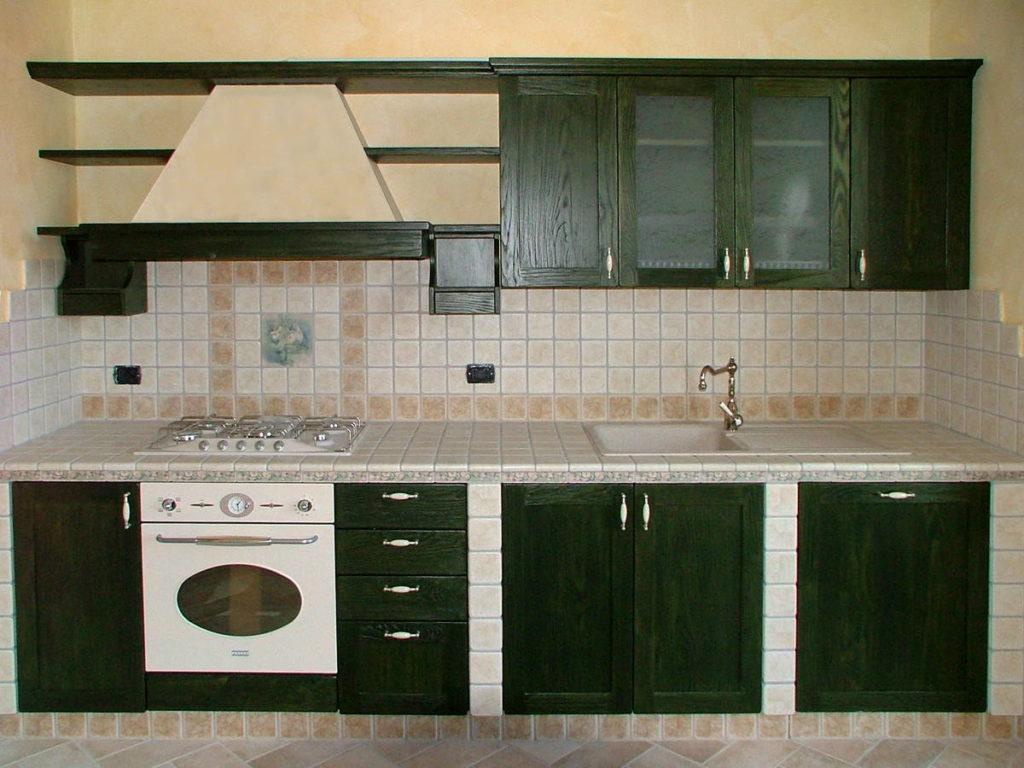 Cucina in muratura con cappa mobili artigianali Gamma Arredamenti Snc Macerata