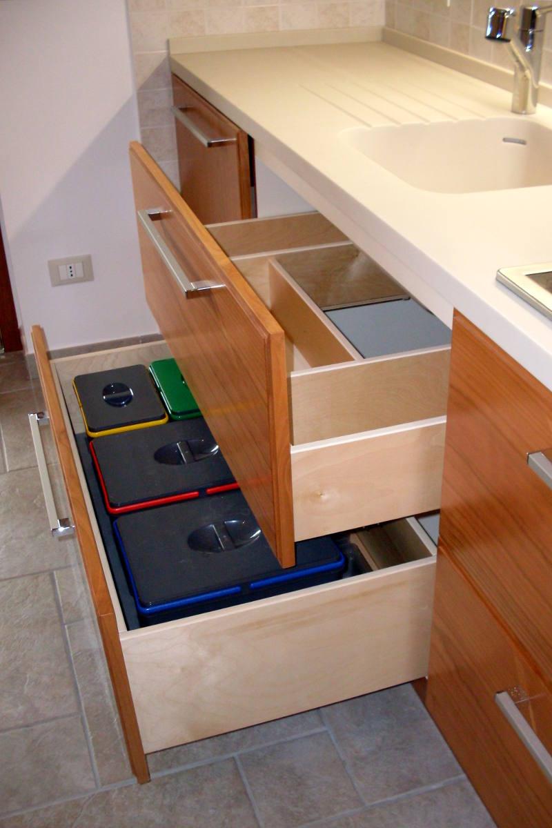 Cucina moderna particolare dei cassetti mobili artigianali Gamma Arredamenti Snc Macerata