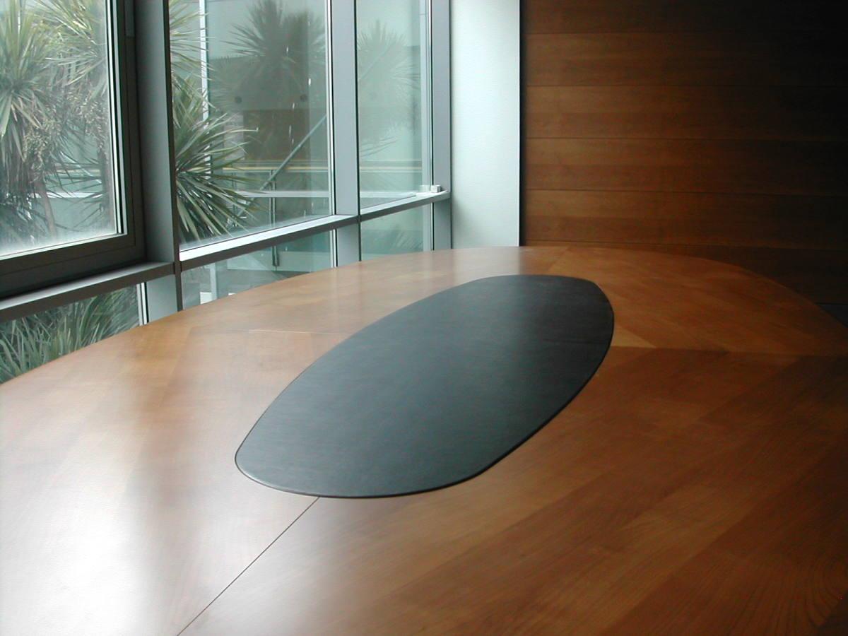 Tavolo artigianale realizzato da Gamma Arredamenti Snc Macerata per ufficio riunioni